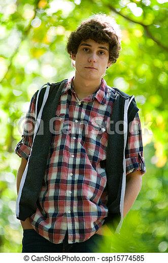 Un adolescente al aire libre - csp15774585