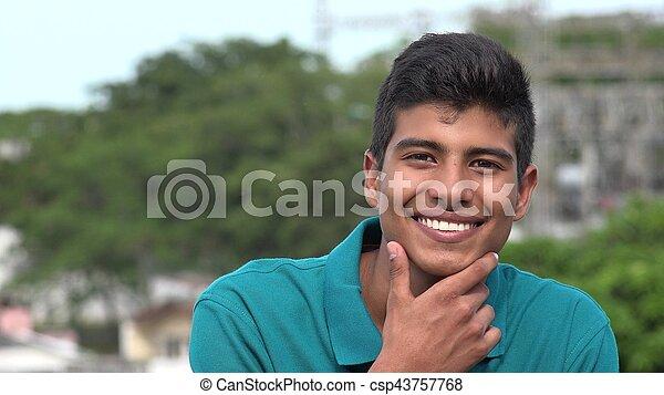 Confiado feliz y sonriente adolescente hispano - csp43757768