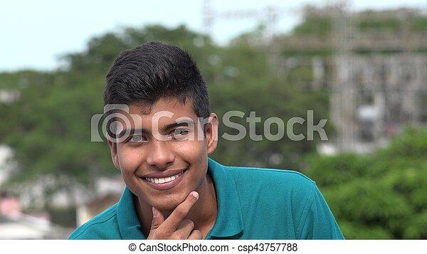 Confiado feliz y sonriente adolescente hispano - csp43757788