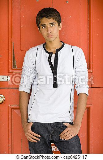 Chico adolescente indio - csp6425117