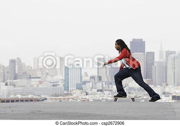 Un adolescente en patineta - csp2672906