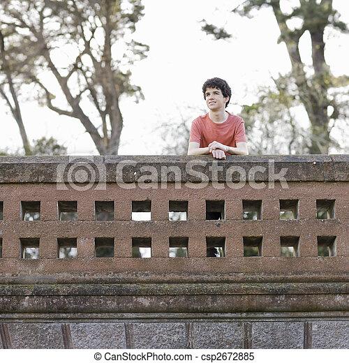 Sonriente adolescente al aire libre - csp2672885