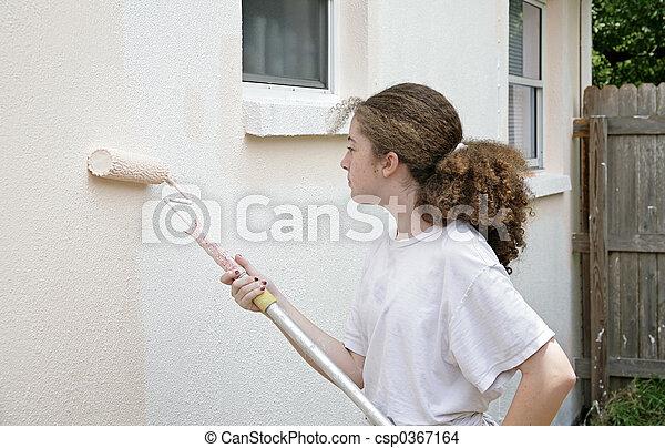 Una adolescente con rodillo de pintura - csp0367164