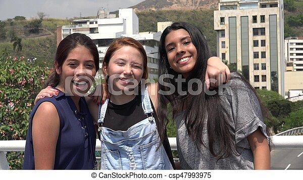 Sonrientes amigas adolescentes - csp47993975