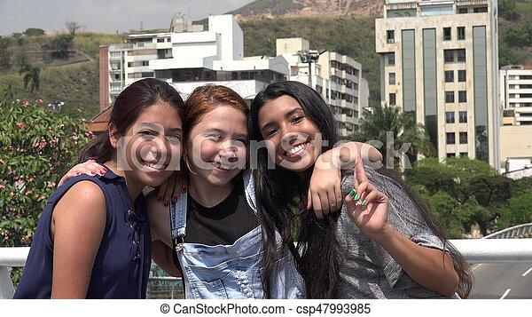 Sonrientes amigas adolescentes - csp47993985