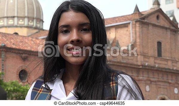 Mujer adolescente feliz y sonriente - csp49644635