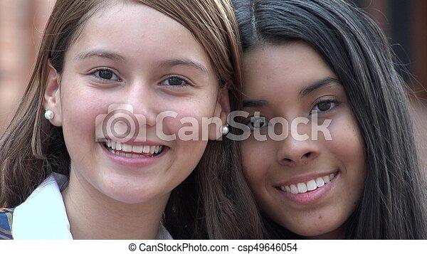 Hermosas adolescentes sonriendo - csp49646054