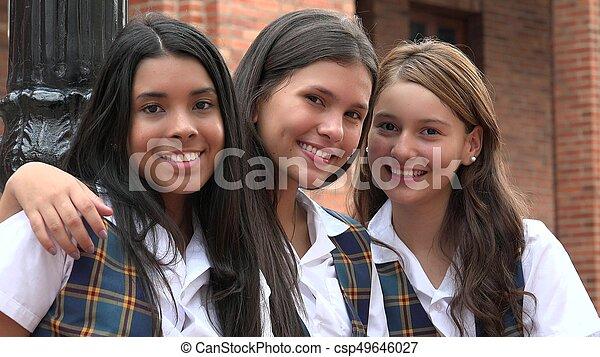 Chicas adolescentes felices sonriendo - csp49646027