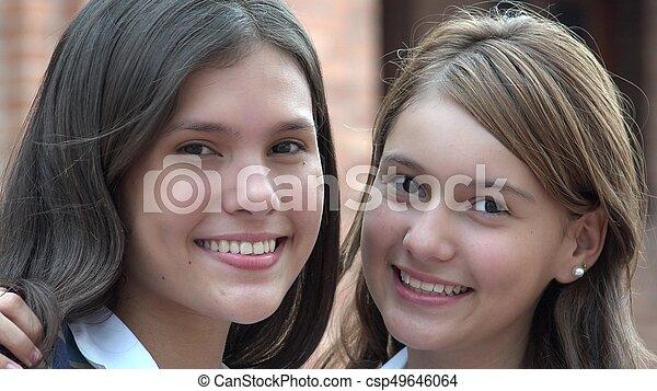 Chicas adolescentes felices sonriendo - csp49646064