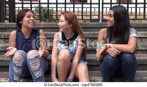 Chicas adolescentes sonriendo y felices - csp47993980