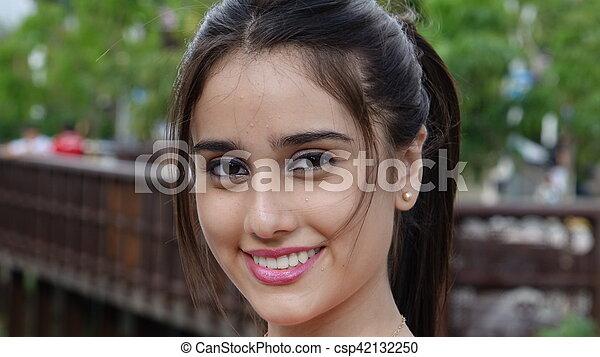 Mujer adolescente sonriente en Park - csp42132250