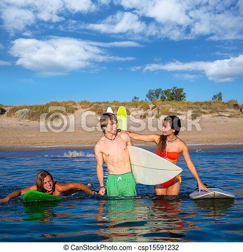 Los surfistas felices hablando en la playa - csp15591232