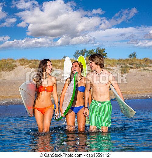 Los surfistas felices hablando en la playa - csp15591121