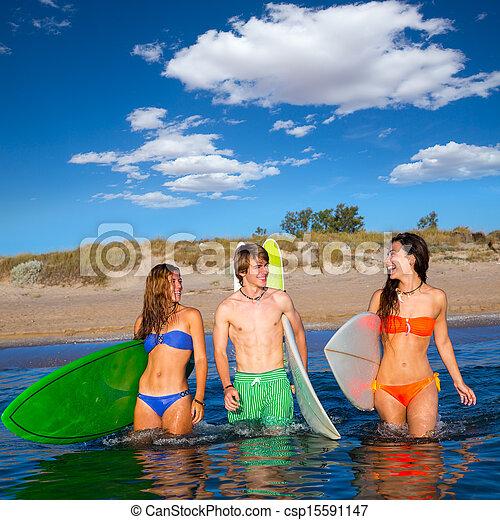 Los surfistas felices hablando en la playa - csp15591147