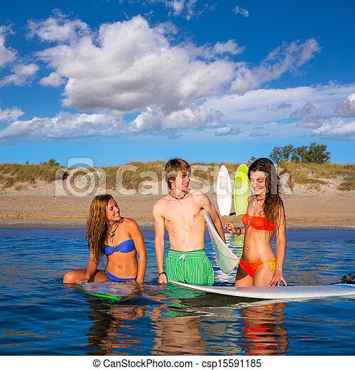 Los surfistas felices hablando en la playa - csp15591185