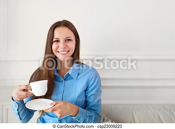 Feliz y atractiva adolescente tomando té - csp23009223