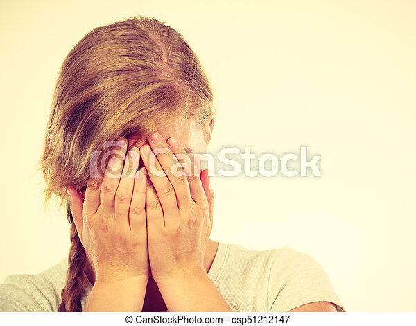 adolescente, tímido, entregue atrás, niña, cara, paliza - csp51212147