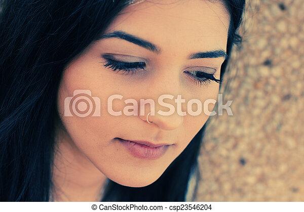 Retrato al aire libre de una adolescente triste - csp23546204
