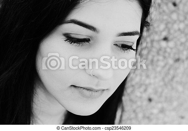 Retrato al aire libre de una adolescente triste - csp23546209
