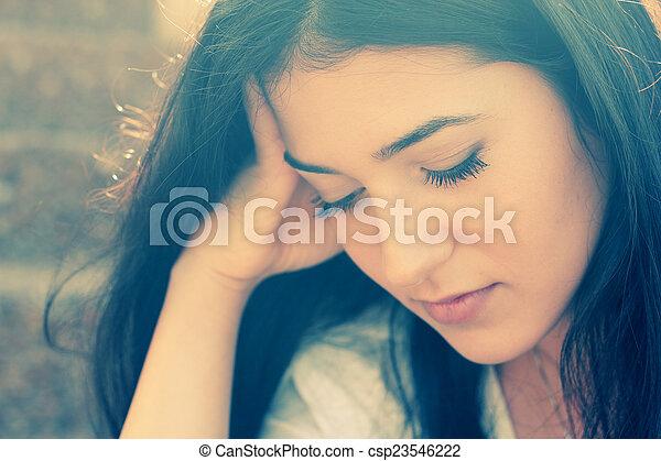 Retrato al aire libre de una adolescente triste - csp23546222