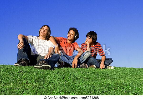Grupo de diversos adolescentes - csp5971308