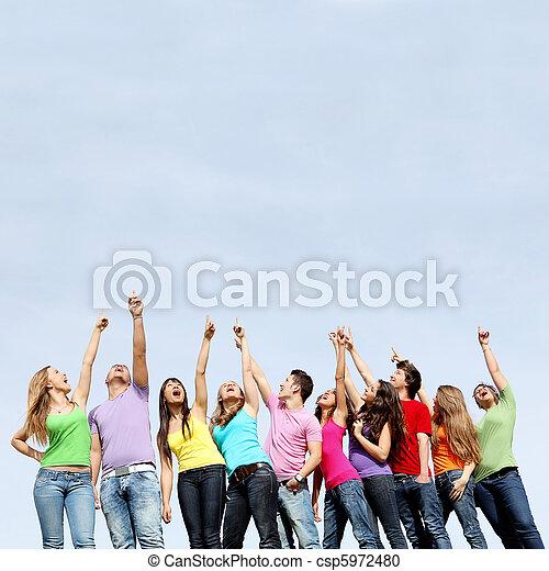 Grupo de adolescentes señalando - csp5972480