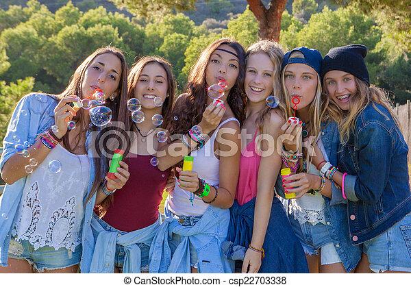 Grupo de adolescentes haciendo burbujas - csp22703338