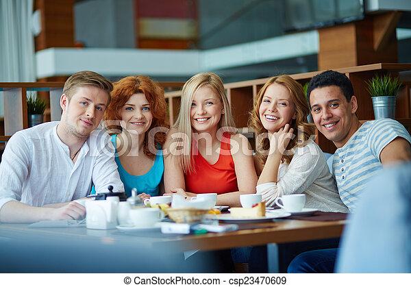 adultos jovens - csp23470609