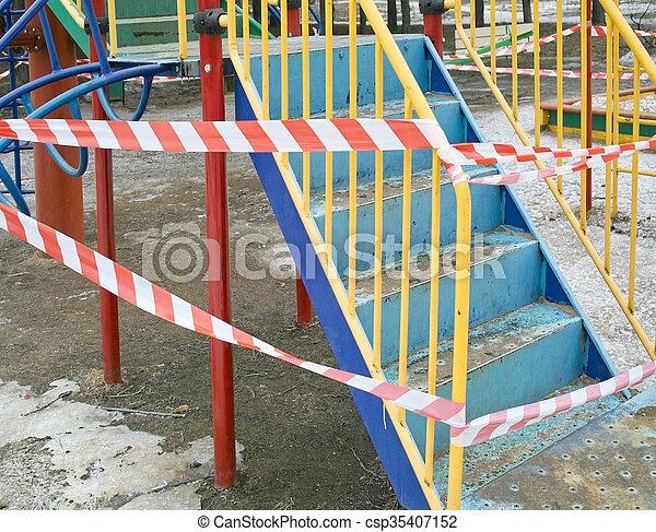 Playground y cinta de advertencia - csp35407152