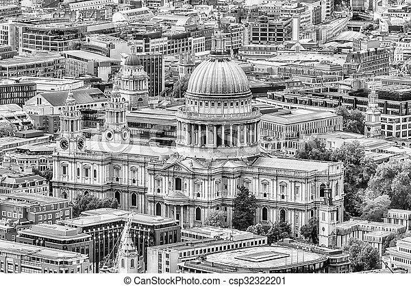 Aerial View of St Paul Cathedral, London - csp32322201