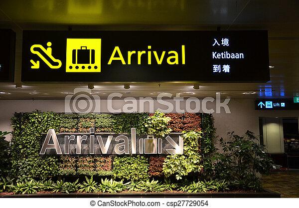 Señal direccional en el aeropuerto Changi de Singapur. - csp27729054