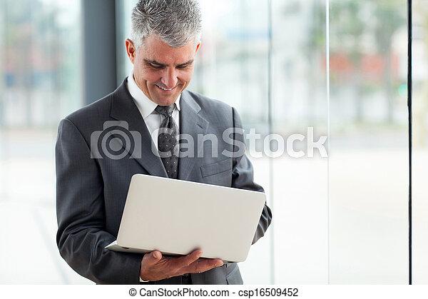 affärsman, senior, dator, laptop, användande - csp16509452