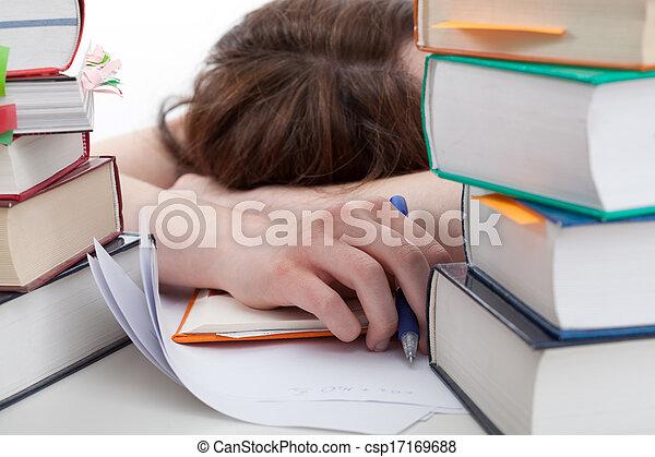 Estudiante exhausto detrás de un libro - csp17169688