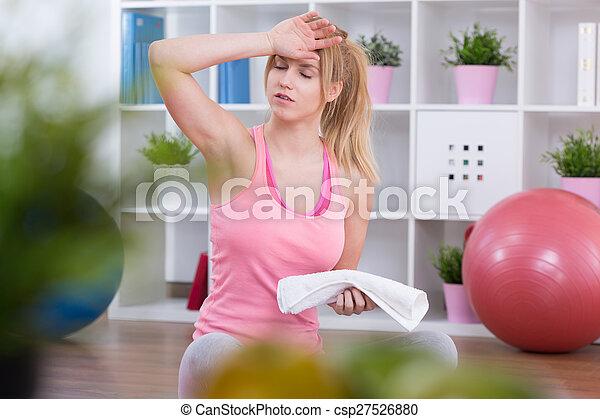 Exhausto después de los ejercicios - csp27526880