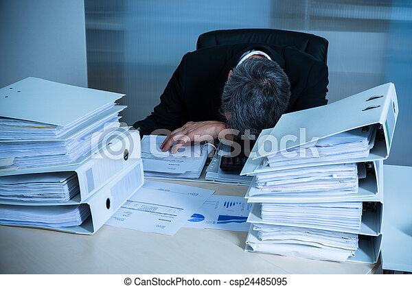 Un hombre de negocios exhausto - csp24485095