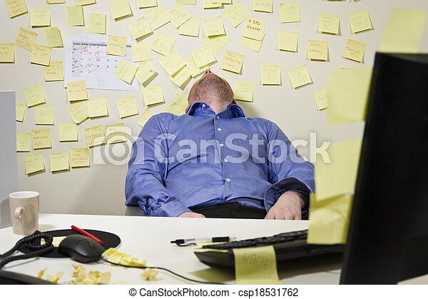 Un hombre de negocios exhausto - csp18531762
