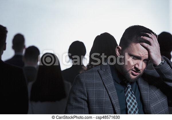 Un hombre agotado en la multitud - csp48571630