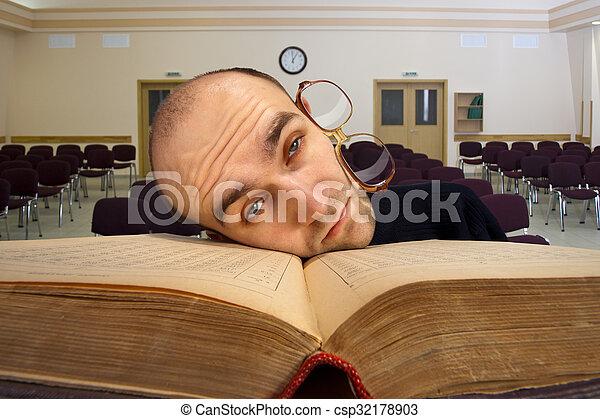 Estudiante cansada y somnolienta - csp32178903