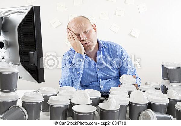 Un hombre de negocios agotado y sobrecargado de trabajo - csp21634710