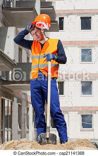 Trabajador de construcción exhausto - csp21141368