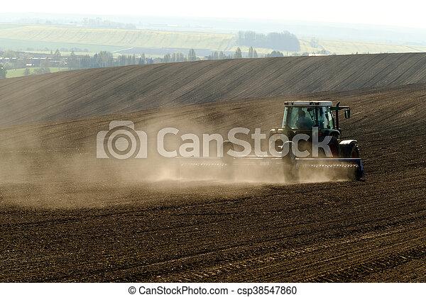 El tractor agrícola funciona - csp38547860