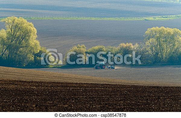 El tractor agrícola funciona - csp38547878
