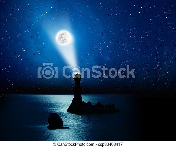 La luna se eleva sobre el océano en un bonito cielo - csp33403417