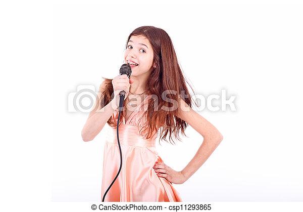 Bonita jovencita con micrófono, cantando - csp11293865