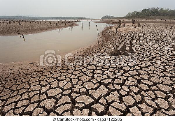Tierra seca sin agua - csp37122285