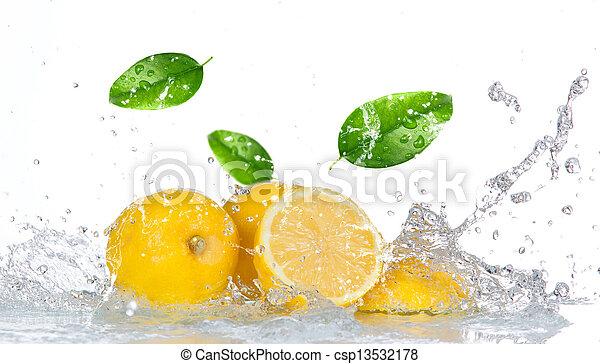 Limón con agua aislado en blanco - csp13532178