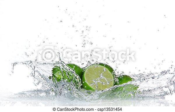 Limas con agua salpicadas aisladas en blanco - csp13531454