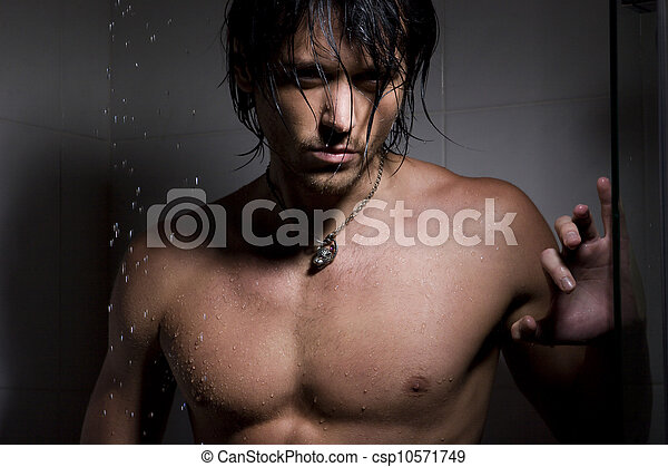Retrato glamoroso del hombre en chorros de agua - csp10571749
