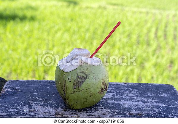 Agua De Coco Verde Dulce Con Paja Potable En La Tabla De