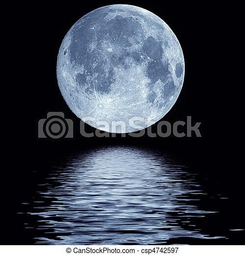 Luna llena sobre el agua - csp4742597